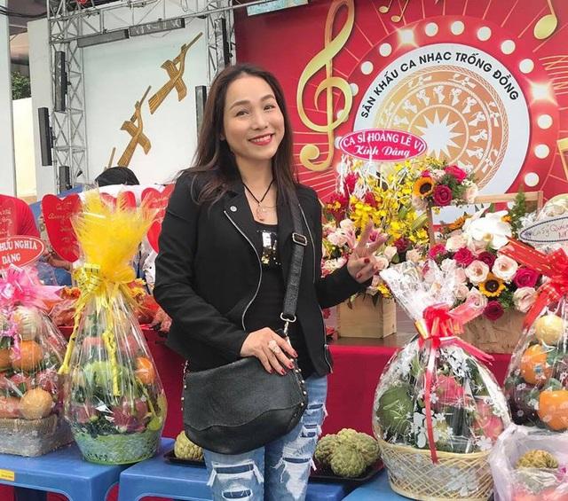 Ca sĩ Hoàng Lê Vi dâng hương cúng tổ tại sân khấu ca nhạc Trống Đồng