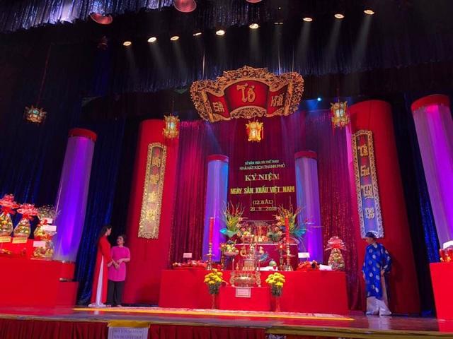 Các sân khấu được trang hoàng sắc đỏ rực rỡ và thể hiện sự tôn nghiêm, thành kính Tổ nghiệp