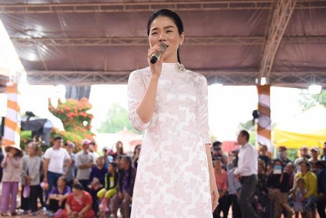 Ca sĩ Lệ Quyên hát tại sân khấu chương trình