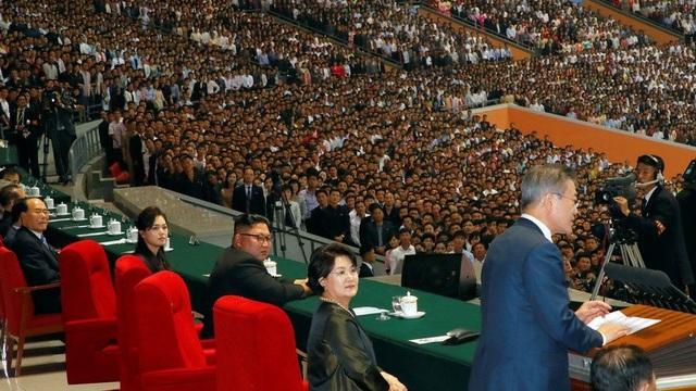 Tổng thống Hàn Quốc phát biểu tại sân vận động ở Bình Nhưỡng trước hàng nghìn người Triều Tiên (Ảnh: Reuters)