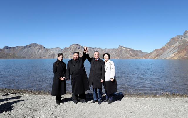 Tổng thống Moon Jae-in, nhà lãnh đạo Kim Jong-un và 2 phu nhân (Ảnh: Reuters)