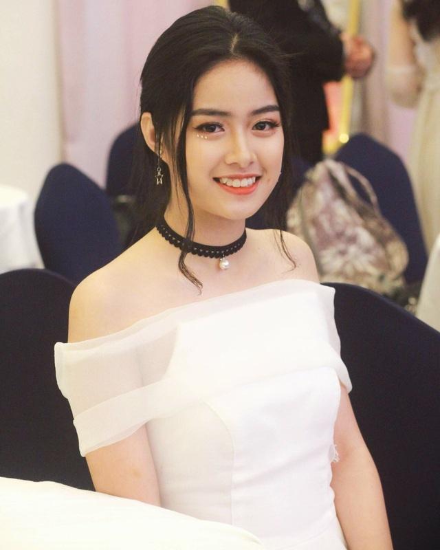 Lê Thị Hồng Hạnh (thường gọi là Hạnh Lê) sinh năm 1999 tại Thừa Thiên Huế.