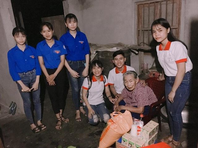 Em Nguyễn Tấn Trãi cùng thành viên CLB Dấu ấn trái tim tặng quà cho hộ nghèo.