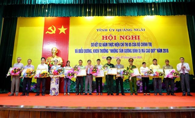 Nguyễn Tấn Trãi (thứ 8, từ trái sang) nhận bằng khen Những tấm gương bình dị mà cao quý