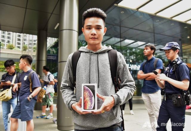 Lê Văng Thắng, người xếp hàng đầu tiên bên ngoài Apple Store tại Singapore (Ảnh: Channel NewsAsia)