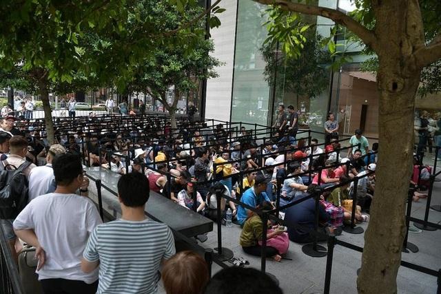 Hình ảnh những người xếp hàng bên ngoài Apple Store nhiều giờ trước khi iPhone mới mở bán, trong đó có rất nhiều người Việt (Ảnh: The Straistimes)