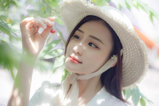 Ngoài ca hát Kim Khuyên còn yêu thích các bộ môn thể thao đặc biệt là môn cầu lông. Sở hữu nét đẹp khá ấn tượng nhưng Khuyên cho biết em chưa từng tham gia cuộc thi sắc đẹp nào.