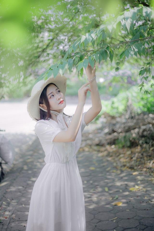 Đam mê ca hát từ nhỏ nên Kim Khuyên quyết định thi vào trường nghệ thuật và được gia đình rất ủng hộ dù khi đó Khuyên mới chỉ là học sinh cấp 3.