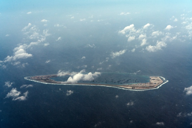Rất nhiều tàu xuất hiện ở khu vực đá Xubi trên Biển Đông (Ảnh: New York Times)