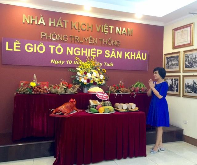 Lễ giỗ Tổ đơn giản và ấm cúng tại Nhà hát Kịch Việt Nam.