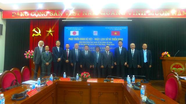 Công sứ Nhật Bản Asazuma Shinichi -Văn phòng Đại sứ quán Nhật Bản tại Việt Nam- chụp ảnh lưu niệm cùng các diễn giả. (Ảnh: Minh Phương)