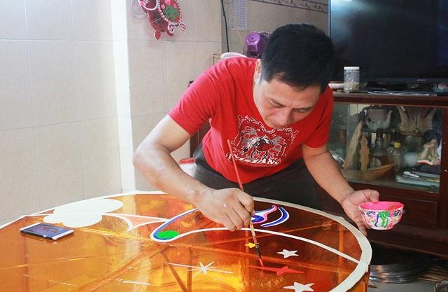 Anh Thành cho biết, từ đầu tháng 6, anh xin nghỉ làm bảo vệ thời vụ để tìm mua vật liệu chuẩn bị cho việc làm đèn lồng. Năm nay, gia đình anh nhận được hơn 3.000 đơn hàng. Trong đó, có những đơn hàng xuất sang Mỹ, Singapore, Trung Quốc…