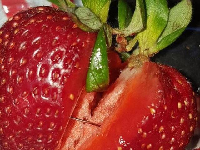 Cảnh sát Úc đang điều tra hơn 100 trường hợp kim khâu được tìm thấy trong trái cây, bao gồm dâu tây, táo, chuối và mới nhất là xoài. Ảnh: Courier Mail