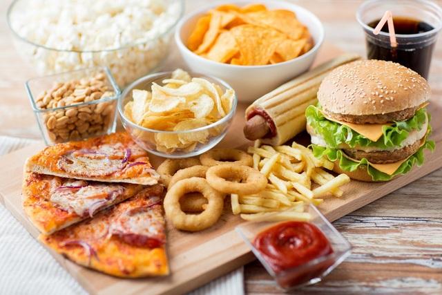Cách ăn uống thiếu hợp lý, ăn quá nhiều thực phẩm chiên rán, thức ăn nhanh… có thể gây nên tình trạng nóng trong người