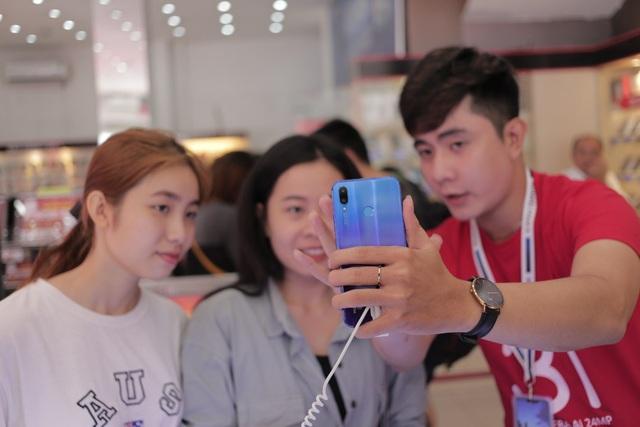 Huawei Nova 3i bán chạy tại các hệ thống bán lẻ nhờ tính năng thời thượng, ngoại hình bắt mắt và mức giá phải chăng