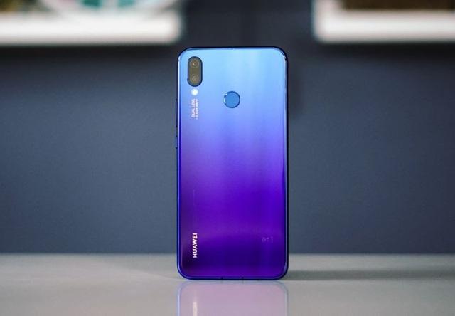 Huawei Nova 3i sở hữu thiết kế gradient chuyển màu từ xanh sang tím ấn tượng