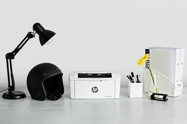 HP LaserJet Pro M15 siêu nhỏ gọn, có kích thước chỉ ngang ngửa một chiếc mũ bảo hiểm