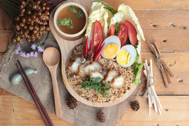 Mì tôm không phải nguyên nhân gây nóng trong người, quan trọng là người dùng cần biết phối hợp thực phẩm để tạo nên bữa ăn cân đối và dinh dưỡng
