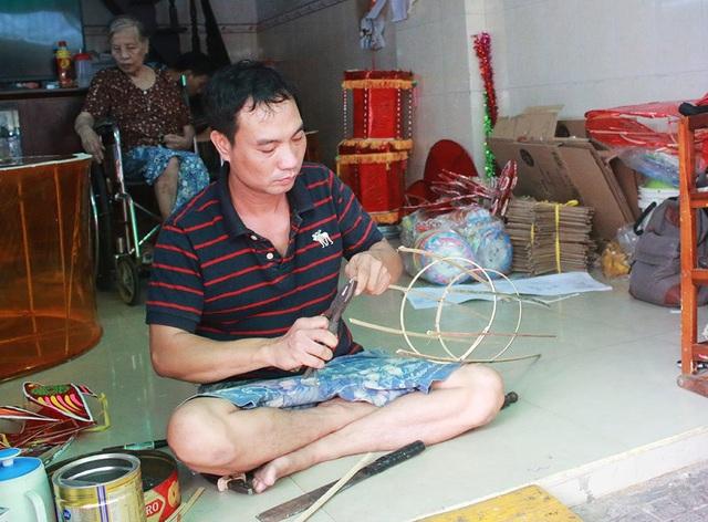 Anh Nguyễn Trọng Bình (40 tuổi), một trong ba người đàn ông làm đèn lồng trong gia đình, cho biết, để làm được chiếc đèn lồng phải trải qua nhiều công đoạn như chẻ tre, dán giấy kiếng… Theo đó, người làm cần hết sức tỉ mỉ để tạo ra được chiếc đèn lồng hoàn chỉnh, đẹp mắt. Do sản phẩm của gia đình anh có tiếng trong vùng nên nhiều khách hàng tìm đến đặt hàng vào mùa Trung thu.