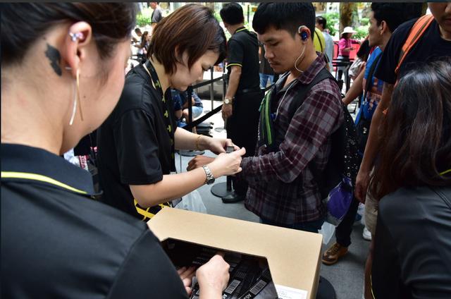 Sau nhiều giờ chờ đợi, Apple Store tại Singapore cuối cùng đã mở cửa để khách được vào mua hàng.