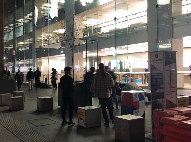 Theo ghi nhận, không có người đứng xếp hàng vào ngày hôm trước mở bán tại Apple Store Sydney. Mãi tới 8 giờ sáng, tức 2 tiếng trước khi mở cửa, mới có khoảng hơn 200 người đến và xếp hàng.