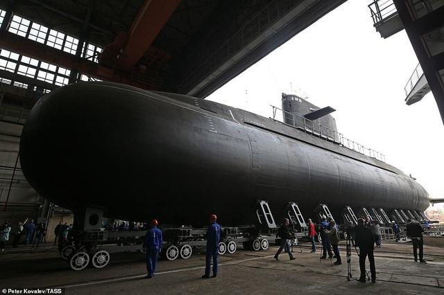 Tàu ngầm Kronstadt được trang bị 6 ống phóng 533 mm để phóng 18 ngư lôi và tên lửa, bao gồm tên lửa hành trình Kalibr. Các tàu ngầm Đề án 677 là một phần thuộc các tàu ngầm phi hạt nhân thế hệ 4 của Nga.