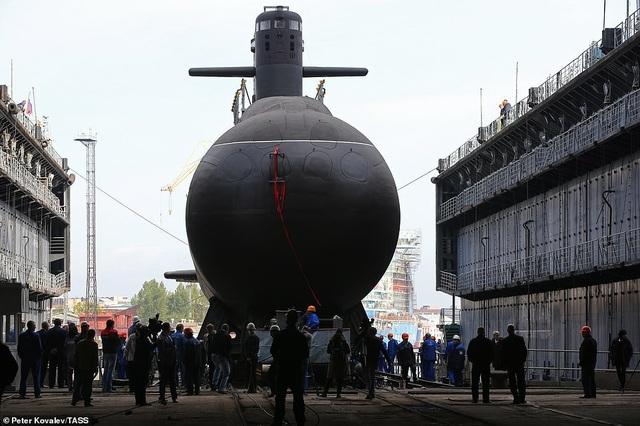 Tàu Kronstadt có thể chở theo phi hành đoàn gồm 35 người. Tàu ngầm này được đánh giá vượt trội hơn so với các tàu ngầm thế hệ trước.