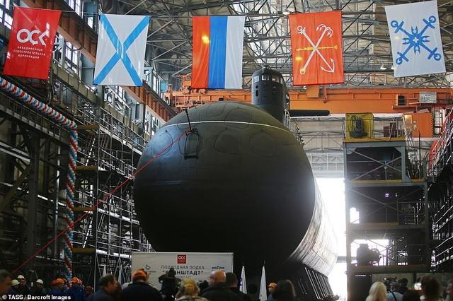 """Tàu ngầm Kronstadt được mệnh danh là """"bóng ma tàng hình trên biển"""" với chiều dài 68m. Tàu bắt đầu được khởi đóng từ năm 2005, song do gặp vấn đề về tài chính nên quá trình đóng tàu bị tạm dừng một thời gian trước khi được tiến hành trở lại vào năm 2013."""
