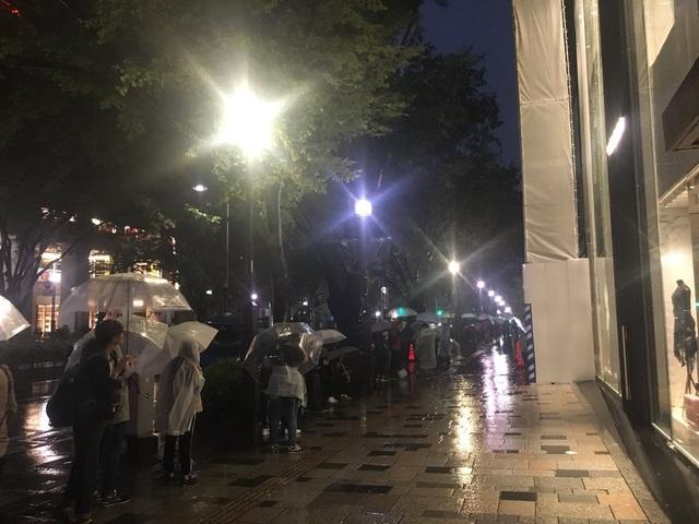 Tokyo, Nhật cũng là một địa điểm thường tập trung rất đông người mua iPhone trong ngày mở bán, và năm nay không phải ngoại lệ. Những đoàn người kéo dài đã xuất hiện từ tờ mờ sáng, bất chấp cơn mưa nặng hạt.