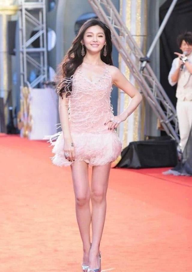 Thời điểm này, Từ Hy Viên đang hò hẹn với nam diễn viên Châu Du Dân, thành viên của nhóm F4.