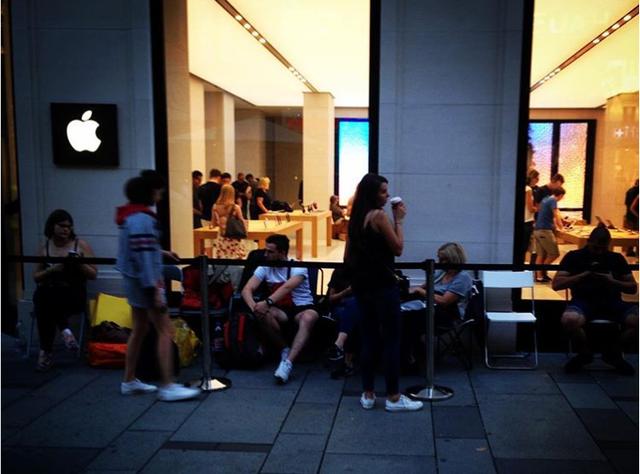 Tại Vienna, Áo, chỉ có khoảng vài chục người đứng xếp hàng trước cửa Apple Store.