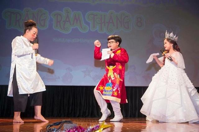 NSƯT Thu Hà - Thần đồng nhí Nguyễn Như Khôi - Công chúa thời trang Quốc tế Nguyễn Lê Khánh Linh tung hứng trên sân khấu.