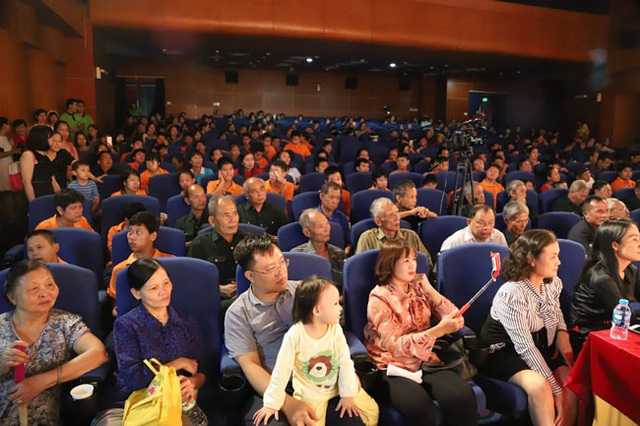 Khán giả chật kín rạp Kim Đồng, rất nhiều người phải đứng.