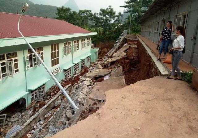 Gần 1 tháng sau mưa lũ, nhiều điểm trường vẫn còn ngổn ngang trong đống đổ nát