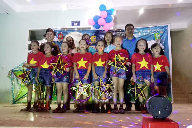 Niềm vui của các em học sinh vùng lũ Mường Lát trong ngày Tết trung thu sớm (Ảnh: Toàn Trung)