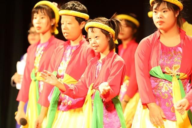 Phần biểu diễn xúc động của các em nhỏ nhiễm chất độc màu da cam.