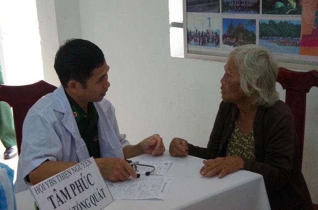 Các y bác sĩ tận tình khám, cấp thuốc cho bà con bệnh nhân thuộc hai xã Tân Hộ Cơ và Bình Phú, huyện Tân Hồng, tỉnh Đồng Tháp.