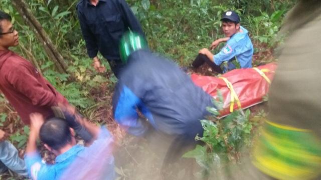 Lực lượng chức năng rất khó khăn khi đưa thi thể nạn nhân ra khỏi hiện trường