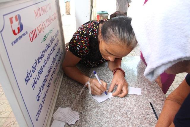 Nghe đến chương trình, nhiều người dân tiếp tục đến đăng ký khám bệnh.