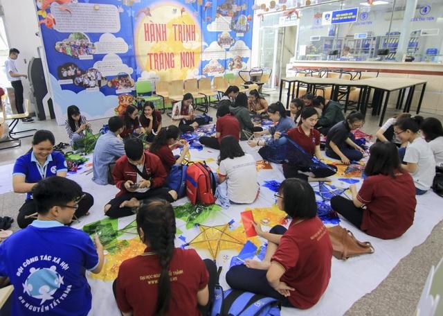 Đoàn thanh niên và Hội sinh viên Trường ĐH Nguyễn Tất Thành chuẩn bị cho chương trình thiện nguyện chủ đề Hành trình trăng non đến với trẻ em nghèo nhiều tỉnh thành