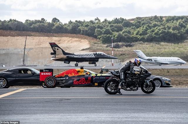 Các phương tiện chuẩn bị vào đường đua