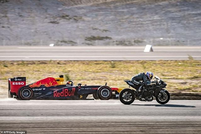 Chiếc Kawasaki và xe đua F1 so kè tốc độ