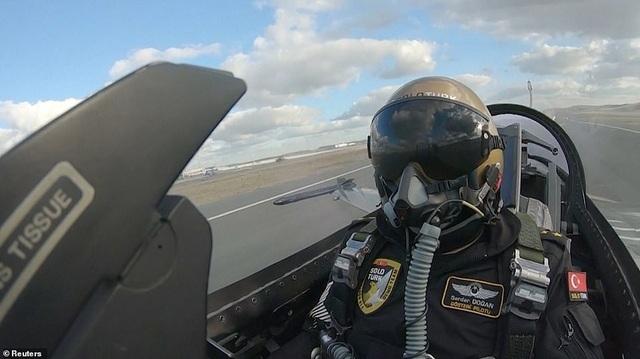 Phi công của chiếc máy bay chiến đấu F-16. Rõ ràng việc chạy đua trên đường băng không phải là lợi thế của chiếc máy bay nay