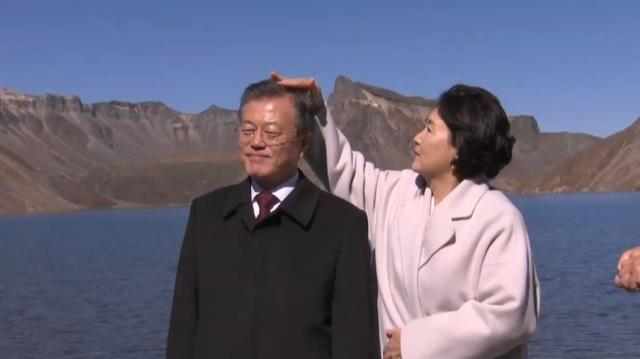 Đệ nhất phu nhân Kim Jung-sook cẩn thận chỉnh tóc cho Tổng thống Moon Jae-in khi chụp ảnh trên núi Paekdu (Ảnh: Korea Herald)