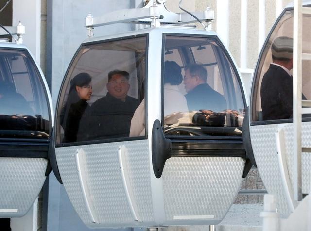 Tổng thống Moon Jae-in cùng nhà lãnh đạo Kim Jong-un và hai phu nhân đi cáp treo tại núi Paekdu (Ảnh: Reuters)