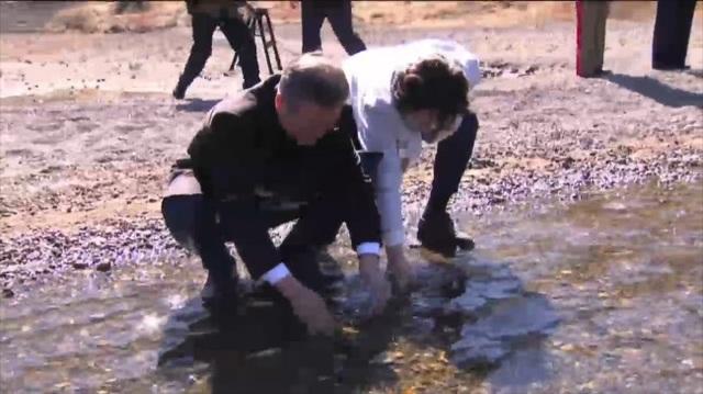 Đệ nhất phu nhân Hàn Quốc tự tay giúp chồng lấy nước. (Ảnh: Korea Herald)