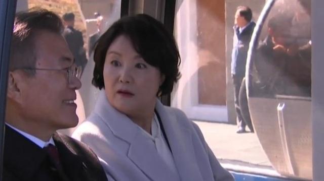 Ánh mắt ngạc nhiên của đệ nhất phu nhân Hàn Quốc khi Tổng thống Moon thừa nhận chưa tập thể dục lần nào trong hai tuần gần đây (Ảnh: Korea Herald)