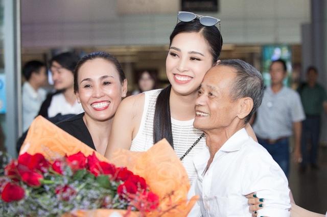 Hoa hậu Trần Tiểu Vy về quê trong vòng vây của người hâm mộ - 4