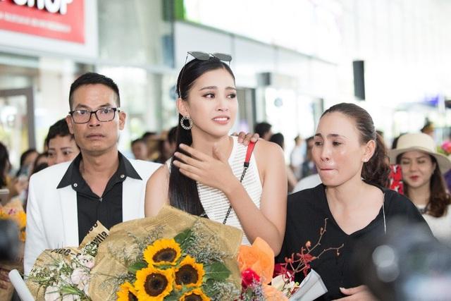 Hoa hậu Trần Tiểu Vy về quê trong vòng vây của người hâm mộ - 5