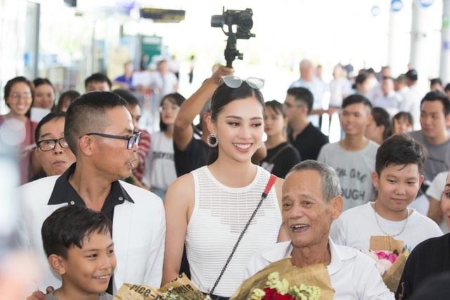 Hoa hậu Trần Tiểu Vy về quê trong vòng vây của người hâm mộ - 6